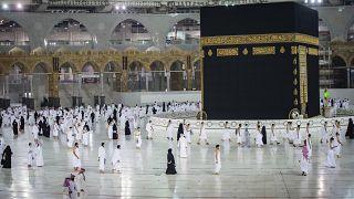 الصلاة حول الكعبة في المسجد الحرام في مدينة مكة المكرمة الإسلامية -  المملكة العربية السعودية