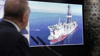 الرئيس التركي رجب طيب أردوغان يتابع حركة سفينة التنقيب التركية