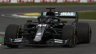 Lewis Hamilton és autója verseny közben - képünk illusztráció