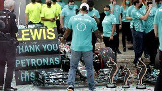 Lewis Hamilton feiert mit seinem Silberpfeil-Team den Gewinn der Konstrukteurs-WM in Imola