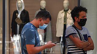 Νεαροί φορούν μάσκες