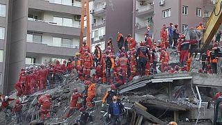 Las tareas de rescate prosiguen en la ciudad turca de Esmirna