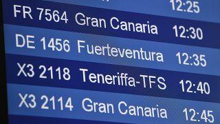 Panel de vuelos a las Islas Canarias en el aeropuerto alemán de Düsseldorf en julio 2020