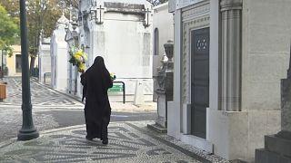 آلاف البرتغاليين يحتفلون بعيد القديسين على وقع تدابير وقائية صارمة لمكافحة تفشي كورونا
