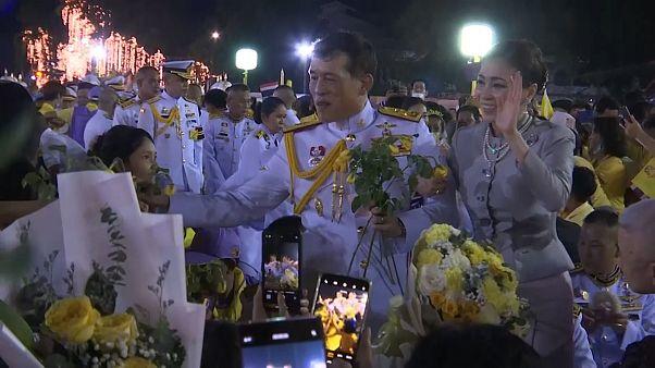 ویدئو؛ پادشاه و ملکه تایلند در میان دوستدارانشان در بحبوحه اعتراض به نهاد سلطنت