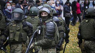 Сотрудники силовых структур блокируют проход участников протестного шествия в Минске