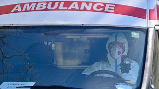 Védőruhába öltözött mentő