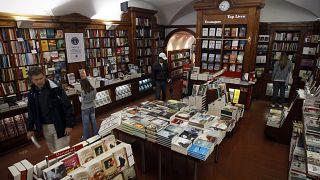 Άποψη από το εσωτερικό του βιβλιοπωλείου Bertrand στη Λισαβώνα που έχει γραφτεί στο βιβλίο Γκίνες ως το παλαιότερο στον κόσμο.