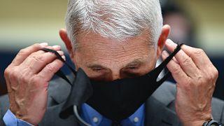 Dr. Anthony Fauci csak akkor vette le maszkját, amikor meghallgatásán a kongresszusi bizottság tagjaihoz beszélt