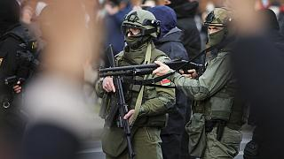 Belarus'un başkenti Minsk'te güvenlik güçleri, hükümet karşıtı protestoculara müdahale etti