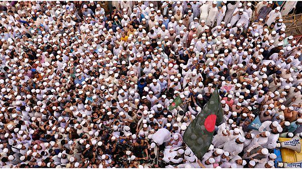 50 ألف شخص على الأقل يتظاهرون ضد فرنسا في عاصمة بنغلادش