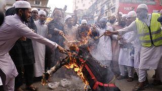 Des musulmans en colère brûlent une effigie du président français, Dacca (Bangladesh), le 02/11/2020