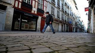 رجل يسير في شارع خال من المارة خلال تطبيق إجراءات الإغلاق في بايون ، جنوب غرب فرنسا/ الجمعة، 30 أكتوبر، 2020