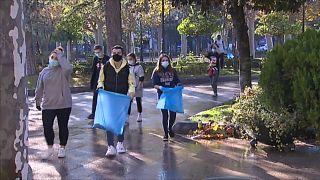 Un grupo de jóvenes participa en las labores de limpieza en Logroño