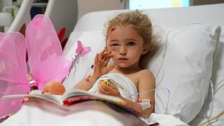 الطفلة إليف بيرينجيك البالغة من العمر 3 سنوات تستريح في سريرها بالمستشفى بعد أن تم إنقاذها من تحت أنقاض أحد المباني بعد حوالي 65 ساعة من وقوع الزلزال في مدينة إزمير التركية