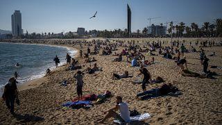 Numerosas personas disfrutan de la playa en Barcelona el domingo 1 de noviembre de 2020, mientras España sufre el embate de la segunda ola de la pandemia.