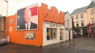 نقاشی دیواری از جو بایدن در شهر بالینا در ایرلند