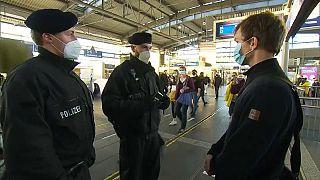 Polizeikontrolle am S-Bahnhof Alexanderplatz in Berlin