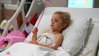 Elif Perincek descansa en su cama de hospital tras ser rescatada de los escombros de su vivienda