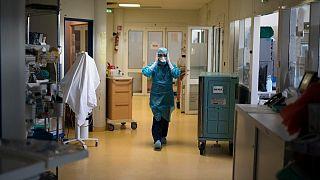 وفيات فيروس كورونا في فرنسا تتجاوز 400 خلال 24 ساعة