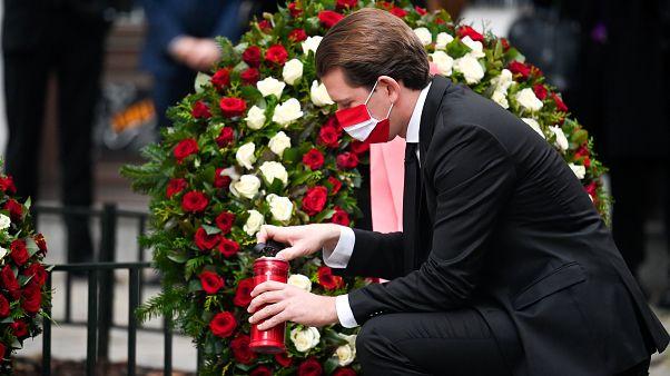 Sebastian Kurz osztrák kancellár koszorút helyez el a Bécs belvárosában elkövetett merénylet helyszínén 2020. november 3-án