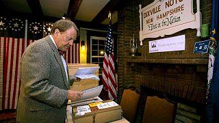 توم تيلوتسون يستعد لحضور الناخبين للإدلاء بأصواتهم بعد منتصف الليل بقليل في قرية ديكسفيل نوتش .