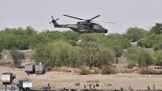 الرئيس الفرنسي على متن مروحية تحلق فوق غاو خلال زيارته قوات بلاده ضمن عملية برخان شمال مالي. 2017/05/19