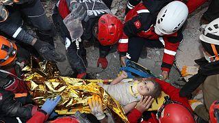 İzmir depreminden 91 saat sonra Rıza Bey apartmanı enkazından bir çocuk sağ kurtarıldı.