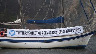لافتة تدعو تويتر إلى مراقبة تغريدات ترامب