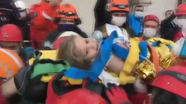 Turquia: Resgatada criança que esteve vários dias debaixo de escombros