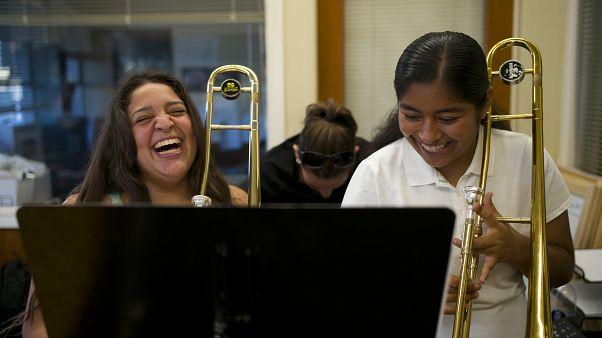 كارينا رييس، إلى اليسار، وداماريس ماركيز   في مركز موسيقي ��ي لوس أنجلوس، الولايات المتحدة.