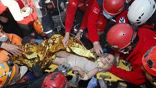 رجال الإنقاذ ينقذون عايدة البالغة من العمر أربع سنوات في إزمير تركيا.