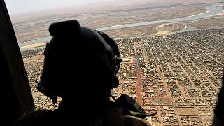 Fransa'nın Barkhane Operasyonu kapsamında Batı Afrika'da görev yapan bir askeri helikopterden bölgeyi izlerken