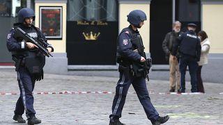Nach dem Anschlag: Beamte in der abgeriegelten Innenstadt von Wien