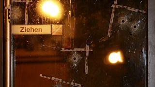 Los agujeros de bala están marcados en una puerta de la escena del atentado en Viena, Austria, el 3 de noviembre de 2020.