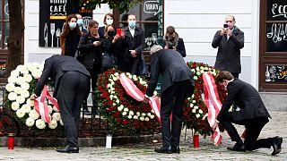 Chanceler, Presidente e líder do Conselho Nacional da Áustria depositam flores pelas vítimas