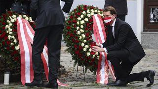 Kanzler Sebastian Kurz und Präsident Alexander Van der Bellen legten in Tatortnähe Kränze nieder und beteiligten sich an einer Schweigeminute