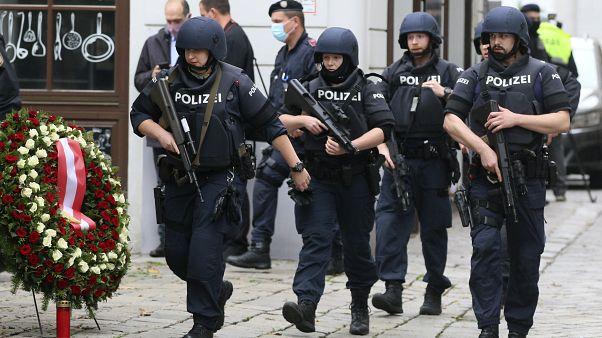 Koszorú és fegyveres rendőrök a bécsi terrortámadás másnapján
