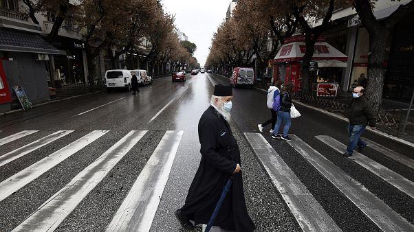 اليونان تعلق إغلاقا عاما للحد من تفشي الموجة الثانية من فيروس كورونا