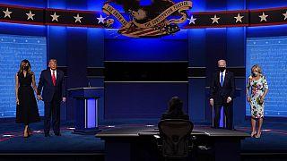 Trump y Biden acompañados de sus parejas en el segundo debate electoral.