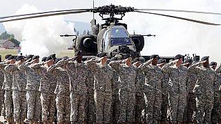 Una cerimonia della Prima Divisione Corazzata presso il campo d'aviazione dell'esercito americano a Wiesbaden, in Germania