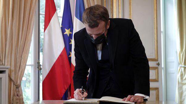 الرئيس الفرنسي داخل السفارة النمساوية في باريس يكتب رسالة تضامن مع النمساويين ضد التطرف والإرهاب