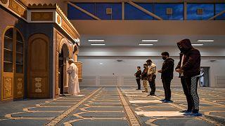 مسلمون يصلّون في أول مسجد رسمي يبنى في العاصمة اليونانية أثينا