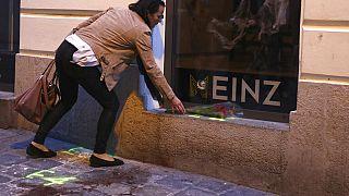 Hommage d'une femme près de l'opéra et de la synagogue de Vienne, en Autriche, où 4 personnes ont été tuées