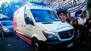 سيارة الإسعاف التي نقلت أسطورة كرة القدم الأرجنتيني دييغو مارادونا، بوينوس آيرس 3 نوفمبر 2020