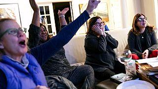 Υποστηρικτές του Τζο Μπάιντεν παρακολουθούν τα αποτελέσματα