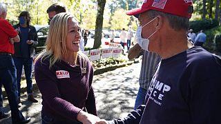 Republikanerin Marjorie Taylor Green spricht im Wahlkampf mit Bürgern,