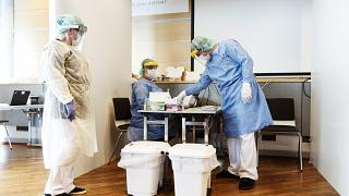طاقم طبي ينتظر مسافرين في جناح اختبار فيروس كورونا في مطار هلسينكي - فنلندا. 2020/08/03