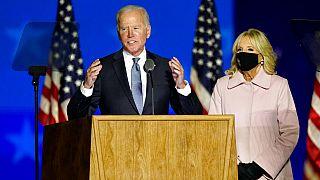 Joe Biden y su mujer Jill comentan la situación del recuento