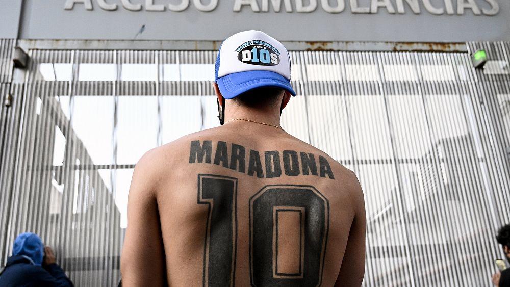 Diego Maradona se somete a una cirugía cerebral mientras fanáticos se reúnen fuera de la clínica de Buenos Aires